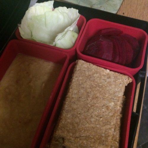 lunchbox with hummus, oatcakes and veggies midorigreen.co.uk