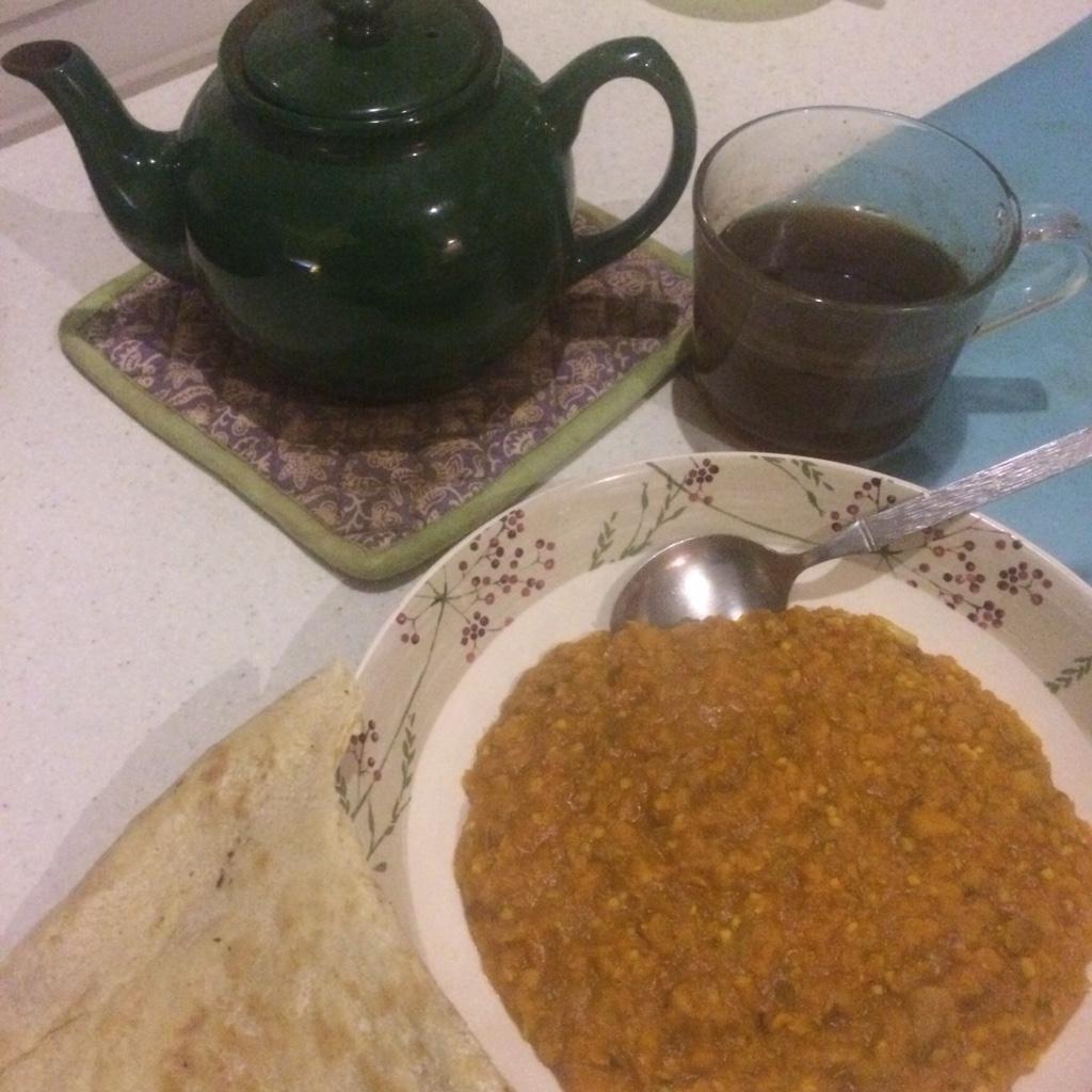 Lentil dahl with flat bread and cup of tea - veg bag meals - midorigreen.co.uk